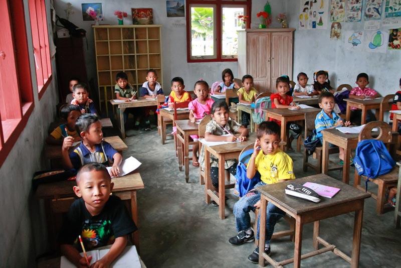 Дети Индонезии учатся в школах