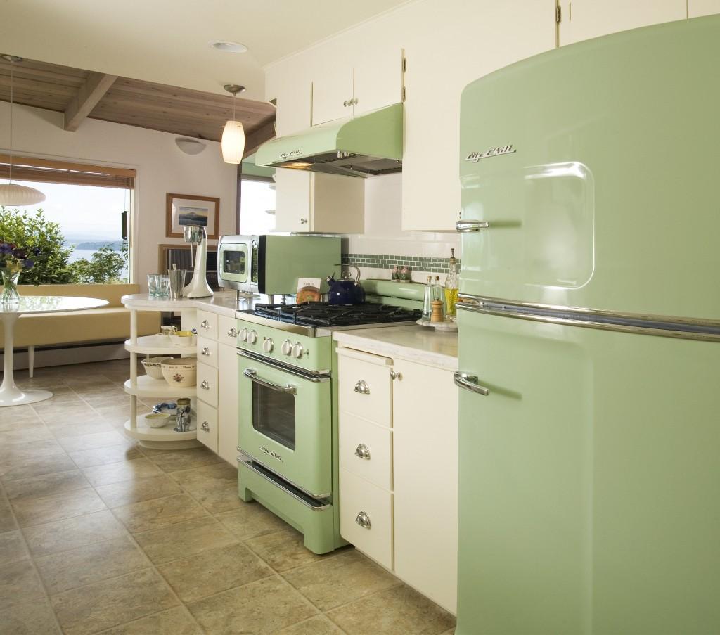 Зеленый холодильник в интерьере кухни