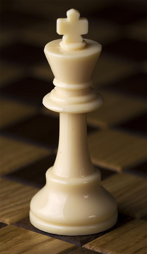 где стоит король в шахматах