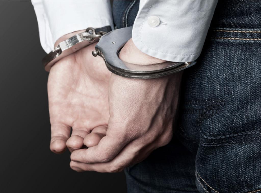 Подозреваемый в наручниках