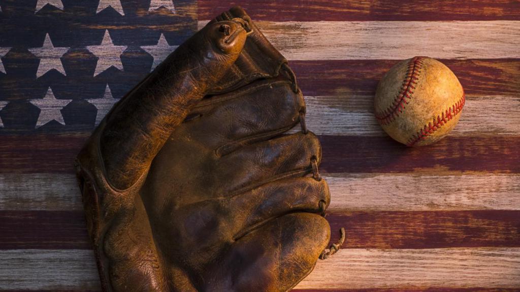 Бейсбольная перчатка и мяч