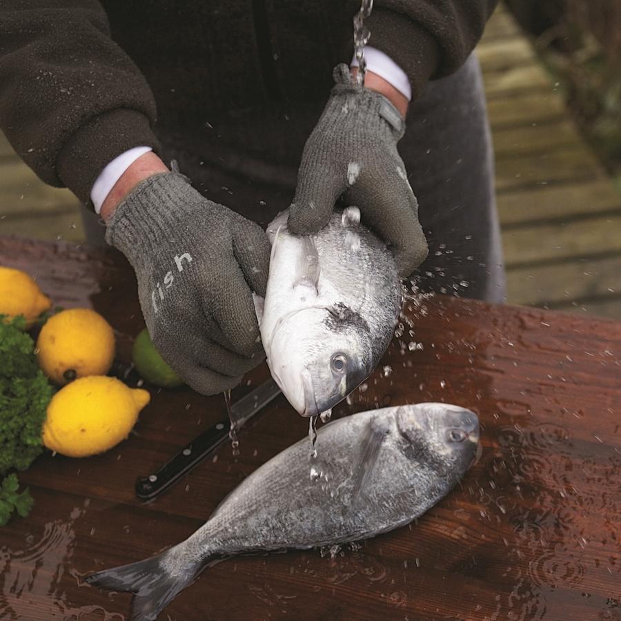 Процесс очистки рыбы