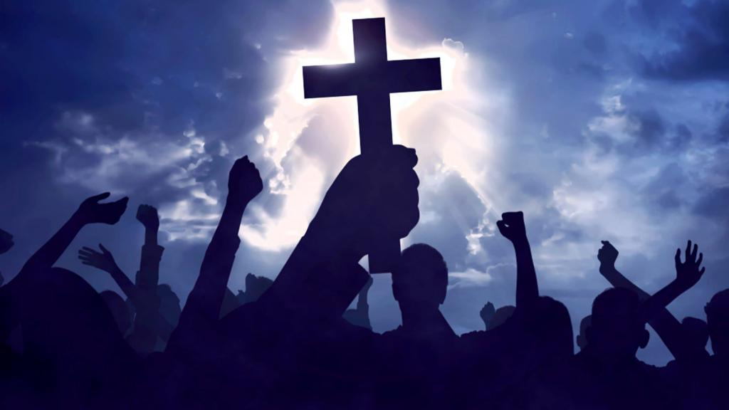 человек держит в руках крест