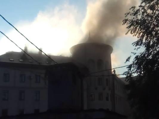Загоревшееся здание в Чите