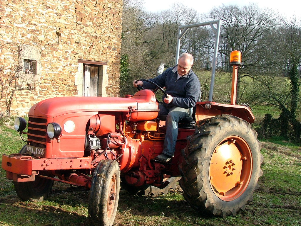 тракторист на тракторе