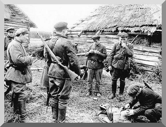 Советские солдаты в спасенной деревне