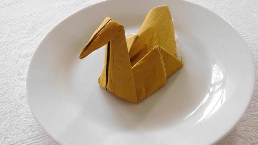 сервировка тарелки с помощь фигуры из салфетки