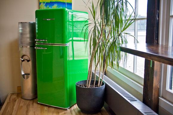 зеленый холодильник в интерьере