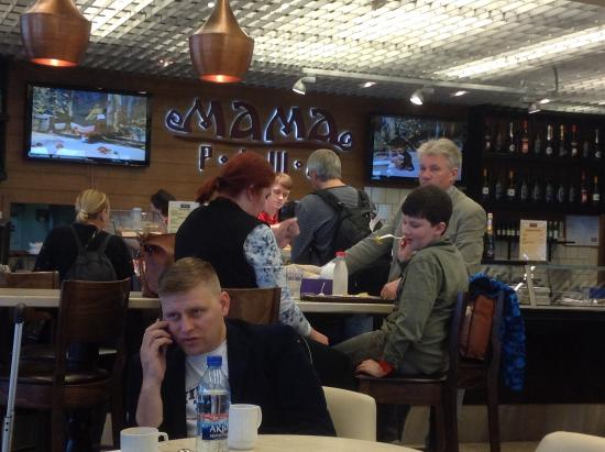"Посетители в кафе ""Мама Раша""."