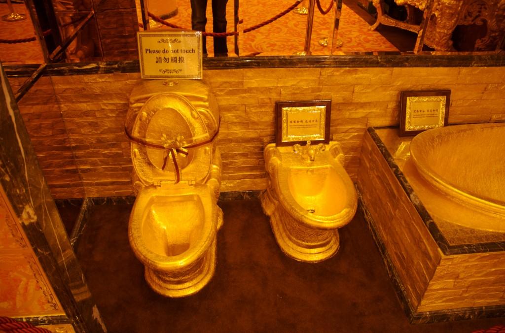 Необычный золотой туалет