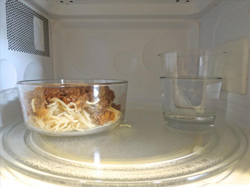 можно ли вскипятить воду в микроволновке