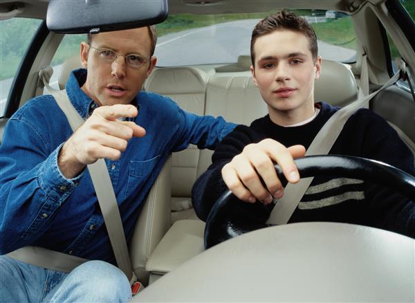 ученик и инструктор на дороге