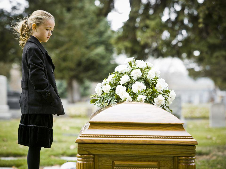 девочка у гроба