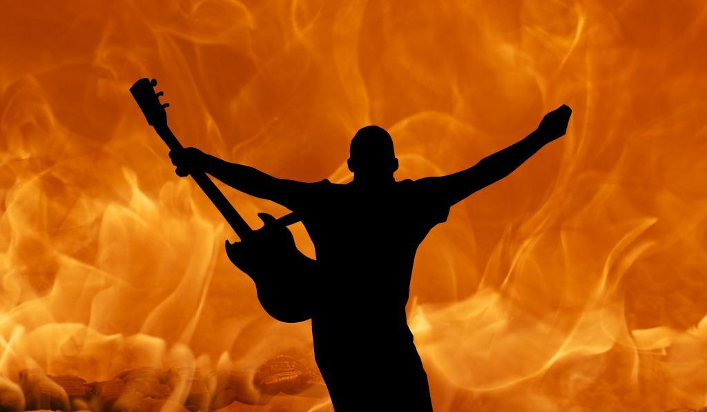 Гитарист на фоне огня