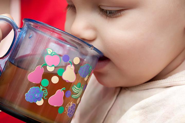 Ребенок пьет отвар из изюма, чернослива, кураги