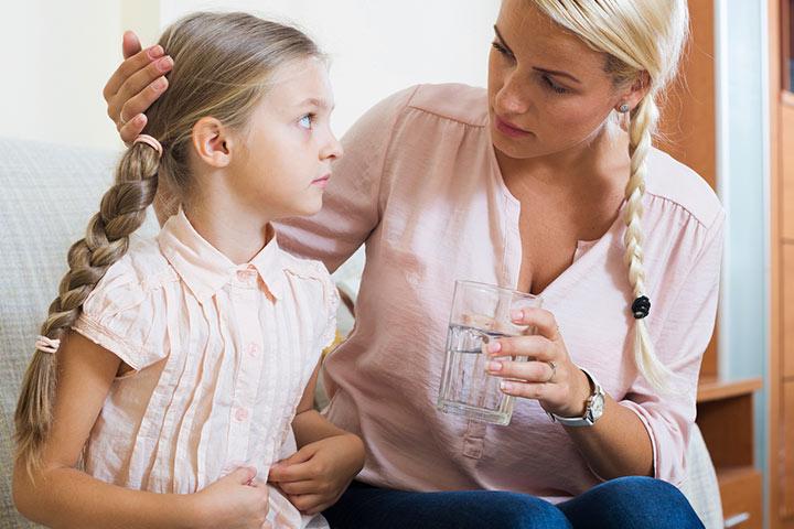 Мама предлагает дочке выпить воду