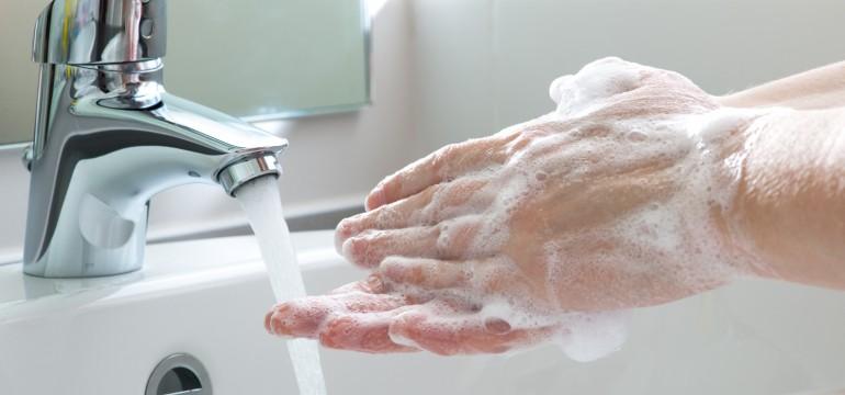 Тщательно моем руки