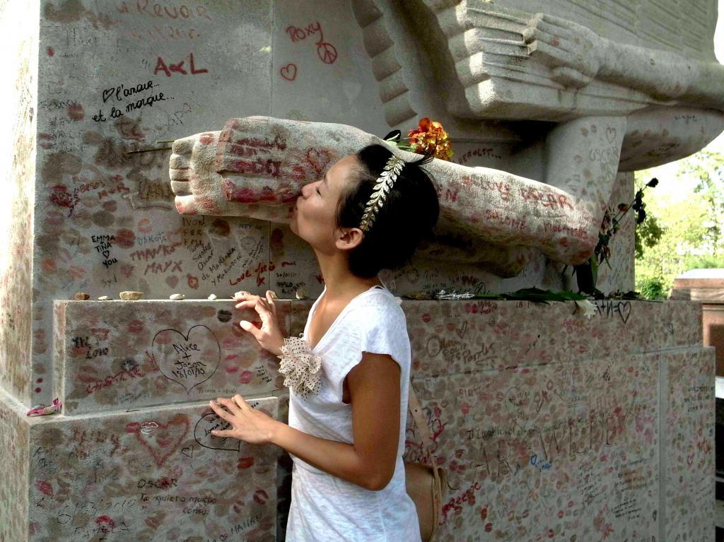 могила оскара уайльда париж