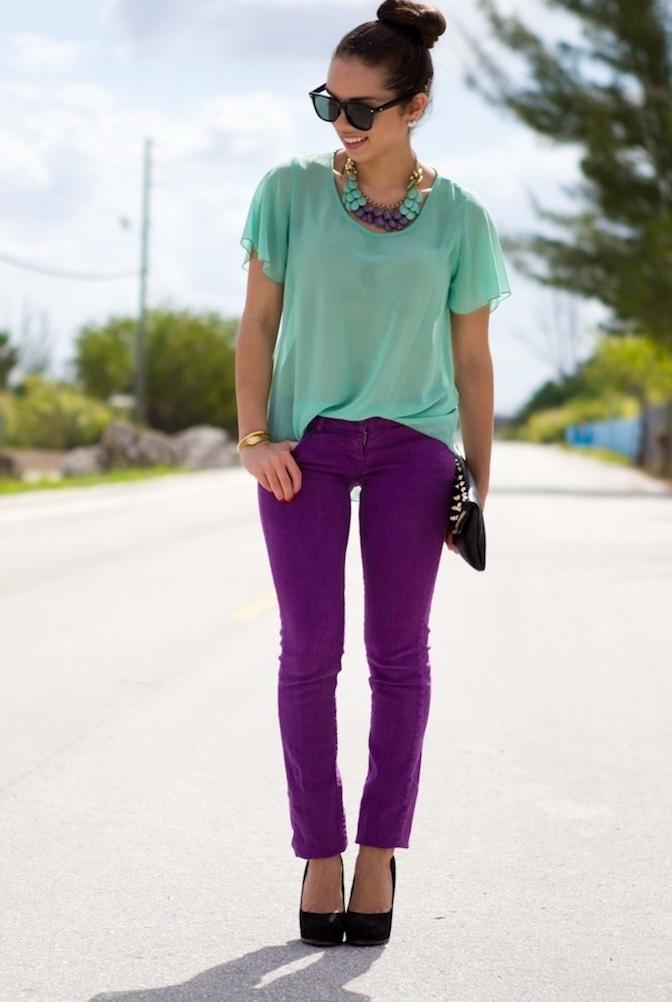 С чем носить фиолетовые брюки