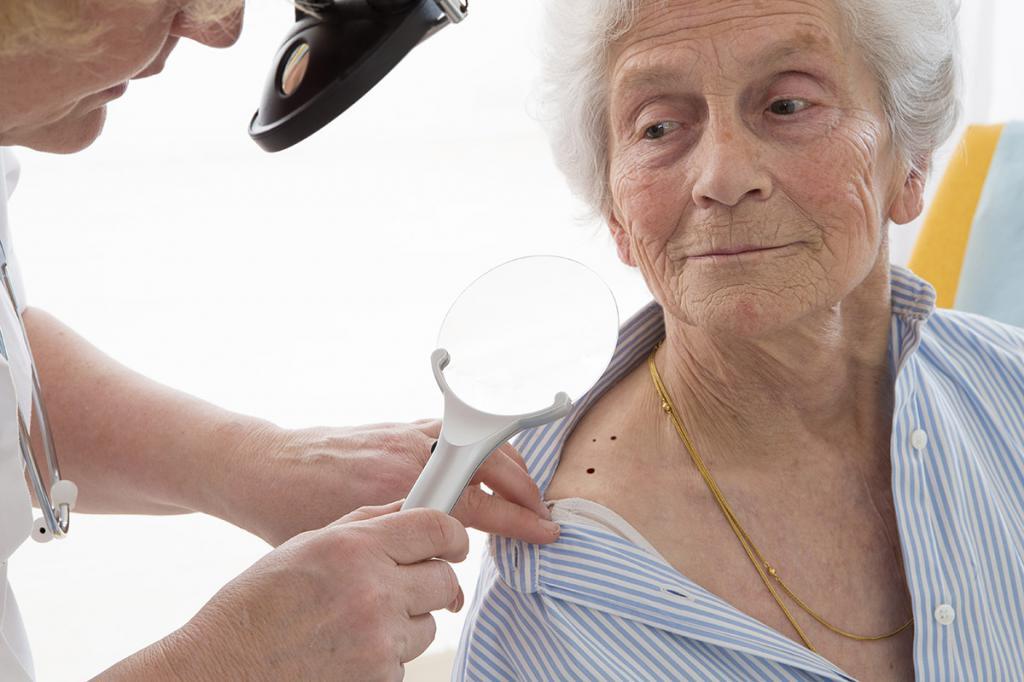 Бабушка на приеме у дерматолога
