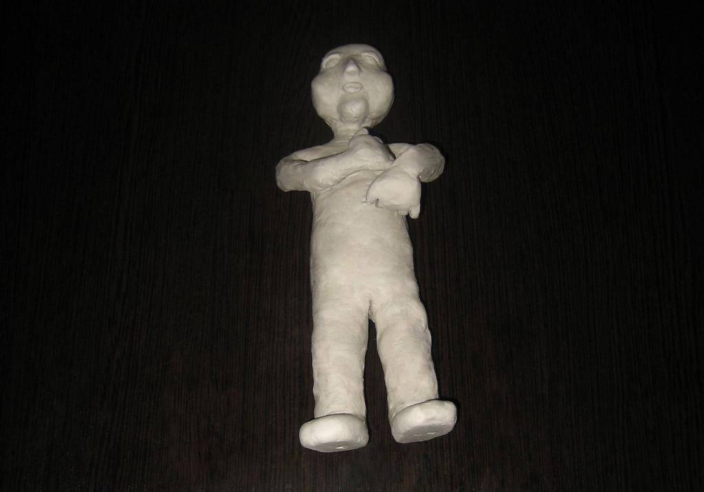 Вылепленная кукла из паперклея