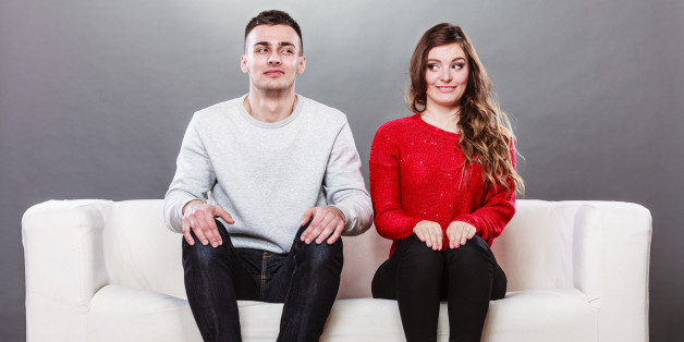 мужчина и женщина сидят на диване