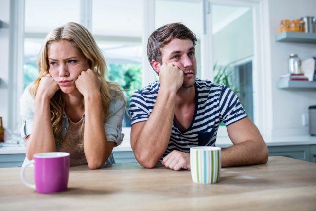 муж и жена за чашкой чая отвернулись друг от друга
