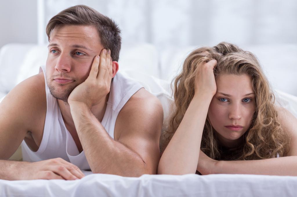 мужчина и женщина лежат на животе