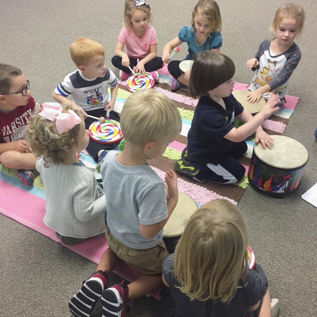 дети играют на барабанах