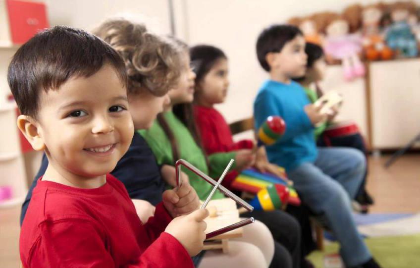 мальчик с музыкальным треугольником