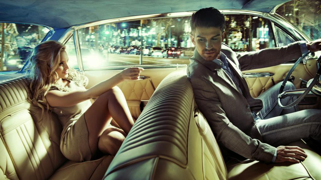 Девушка и парень в машине