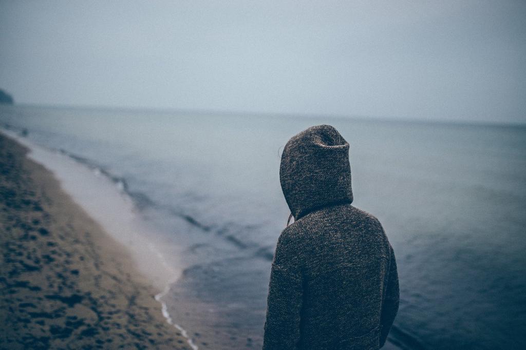 Девушка грустит и море
