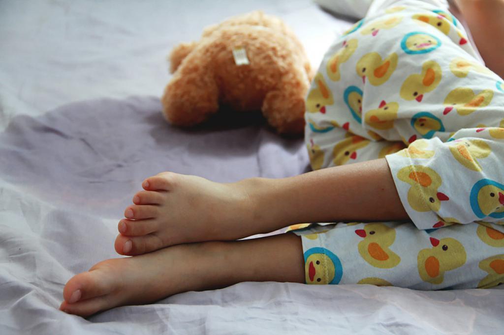 Ребенок лежит на кровати