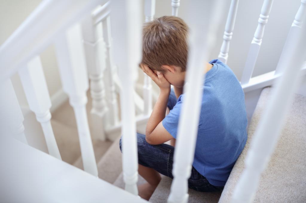 Мальчик плачет на лестнице