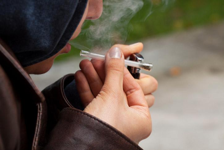 человек употребляет курительный наркотик