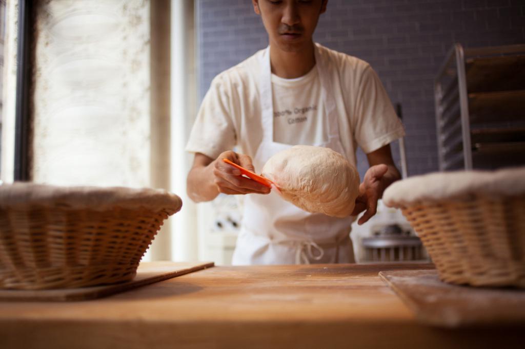 пекарь работает в горячих цехах