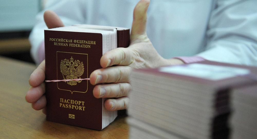 человек пришел получать паспорт