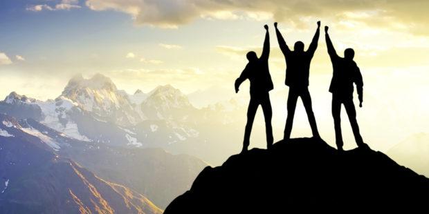 мужчины на вершине горы