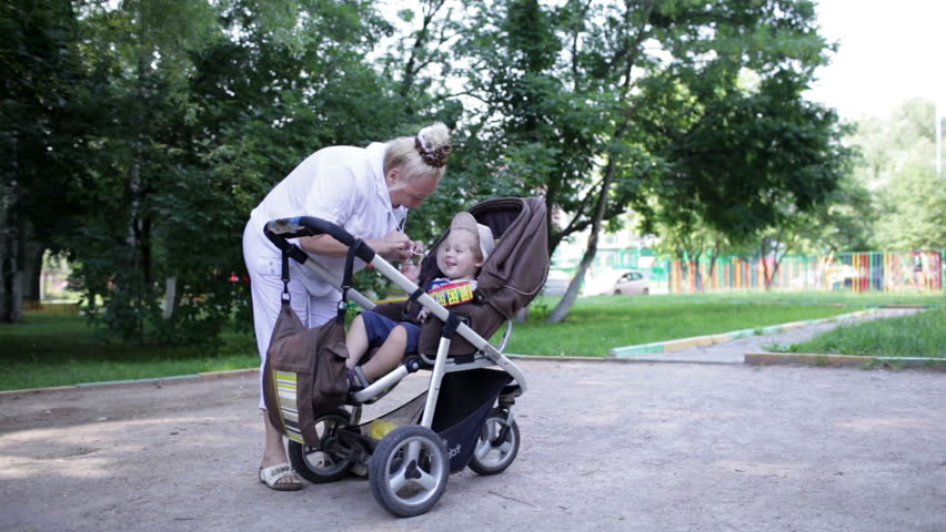 бабушка с коляской