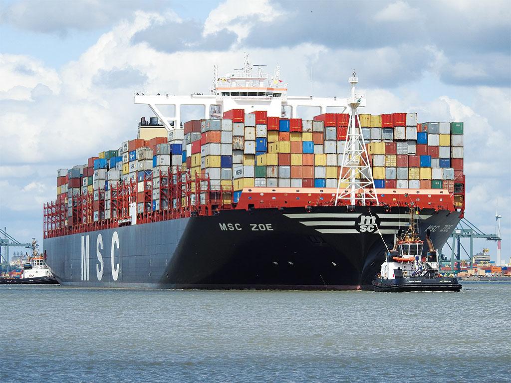 Контейнеровоз заходит в порт Антверпен