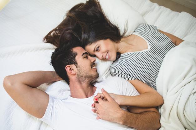 влюбленные в кровати