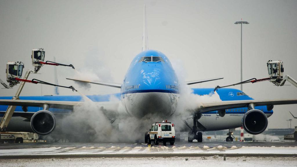 Очистка самолета от льда