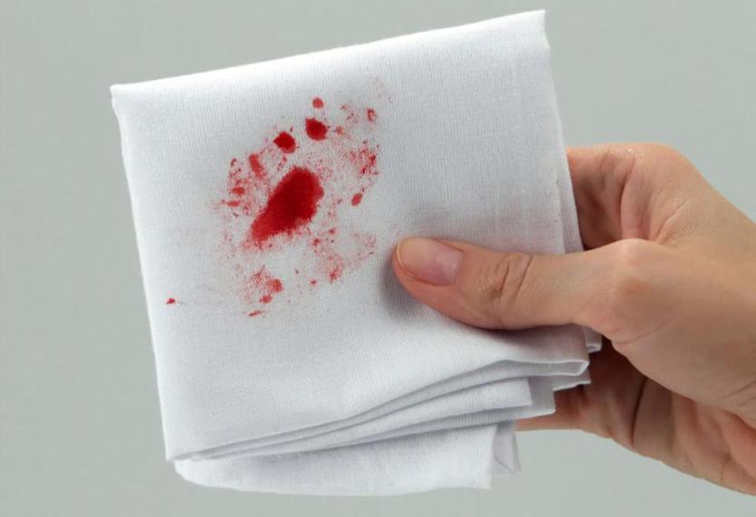 выплюнуть кровь изо рта