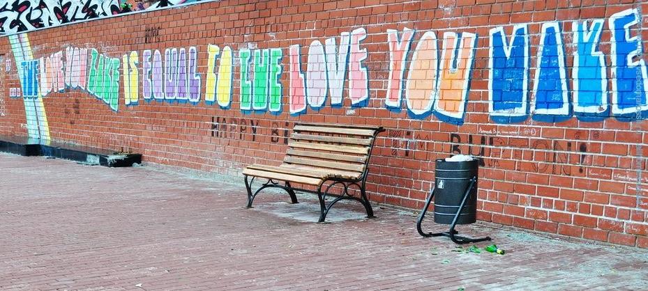 Цитата на стене рядом с памятником