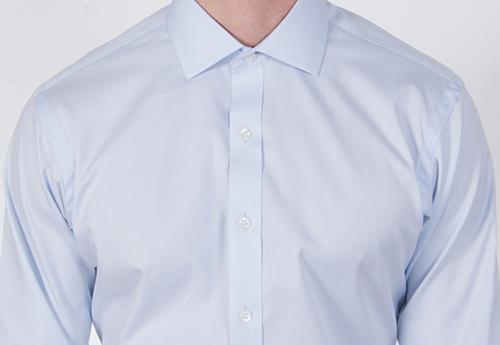 Как рубашка должна сидеть в плечах?