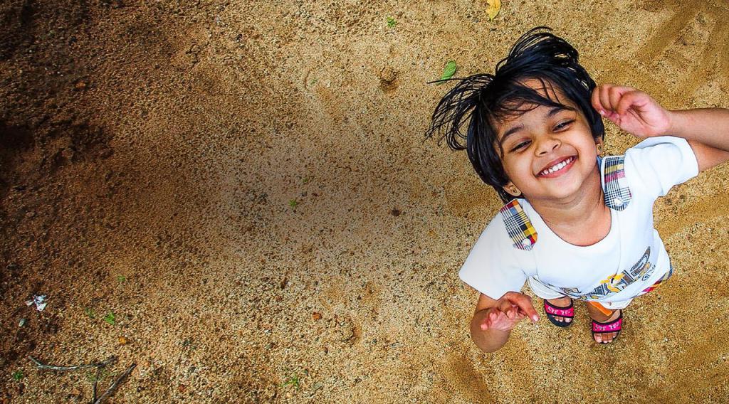 Ребенок радуется дожду