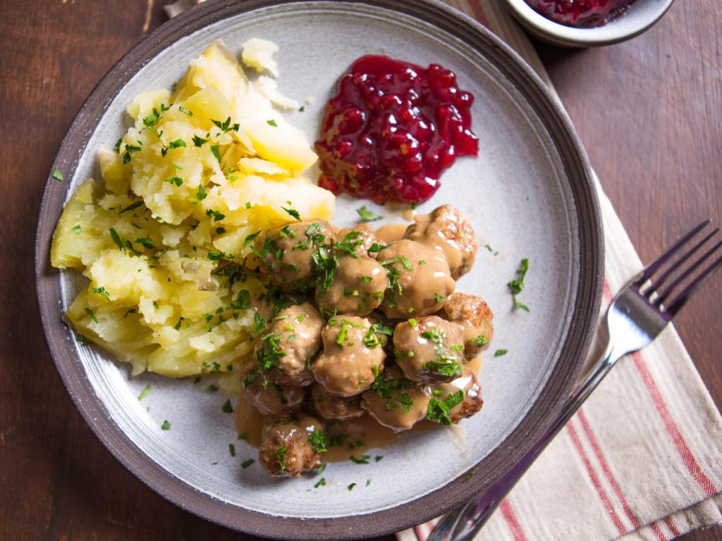 шведские тефтели с брусничным соусом