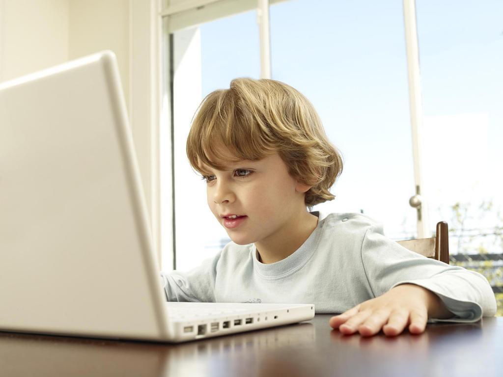 ребенок, который любит гаджеты больше реального общения