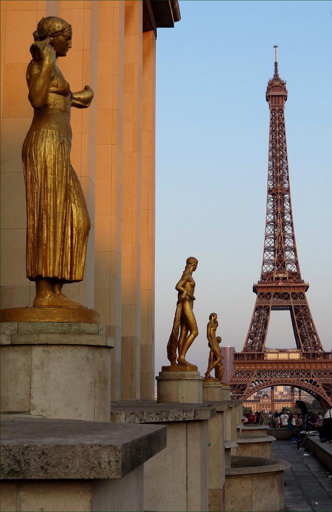 Бронзовые статуи на террасе