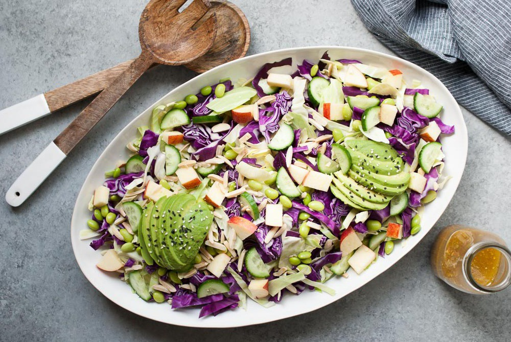 Разбавьте капустный салат авокадо